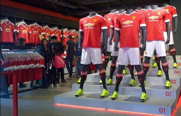camisas do manchester united sendo expostas em manequins