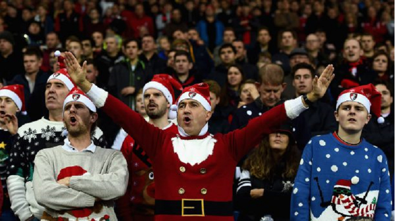 torcedores com gorro de papai noel no boxing day da premier league