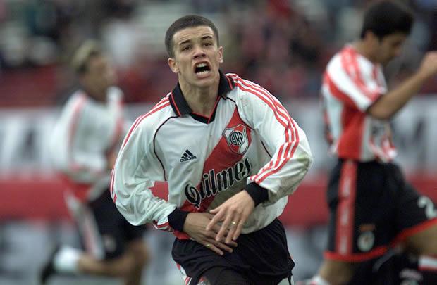 dalessandro comemorando gol em inicio de carreira pelo River Plate