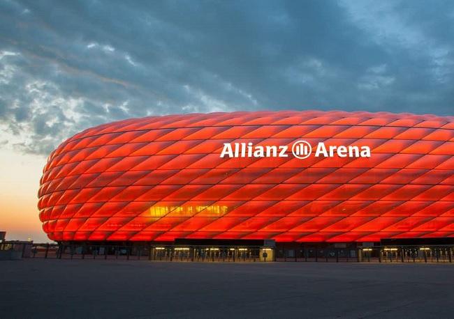 Allianz Arena visto de fora com luzes vermelhas