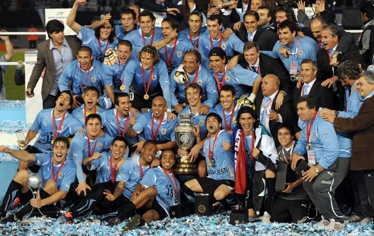 elenco uruguaio comemorando a conquista da copa america de 2011
