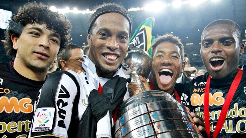Ronaldinho com taça da libertadores 2013 pelo Atletico Mineiro