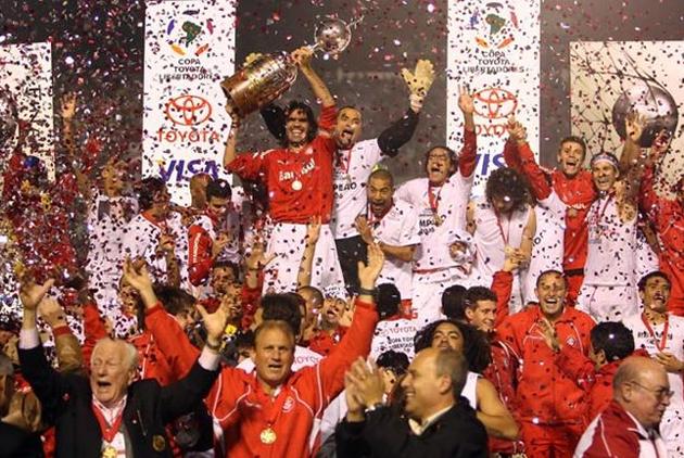 Fernandao levanta a taça de campeao da libertadores em 2006