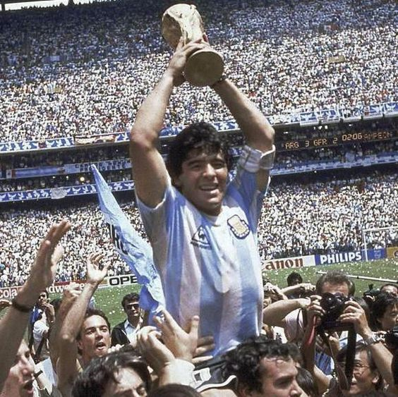 Maradona levantando taça da Copa do Mundo de 1986