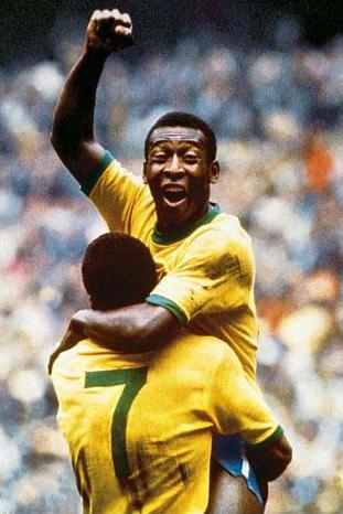 Pelé sendo levantado por Jairzinho na Copa de 1970