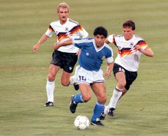 Maradona marcado por Matthaus e Voller na final da copa de 1990