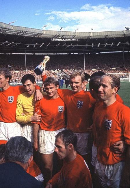 Jogadores ingleses com a taça de campeao da copa do mundo de 1966