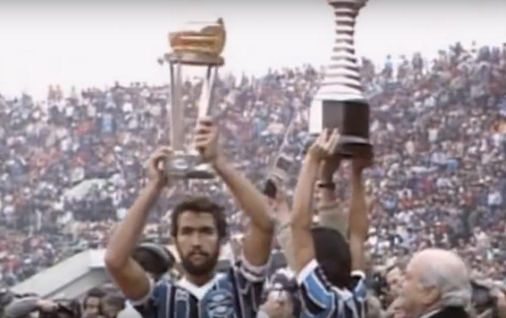 Gremio ergue taça de campeao do mundo em 1983