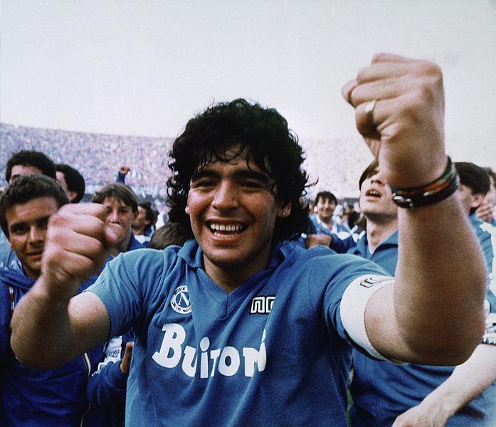 Maradona festejando un campeonato en Nápoli