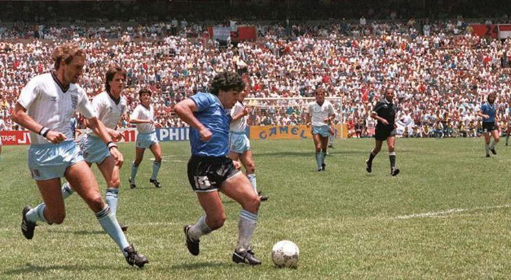 """Maradona a punto de marcar """"El gol del siglo"""" ante Inglaterra"""