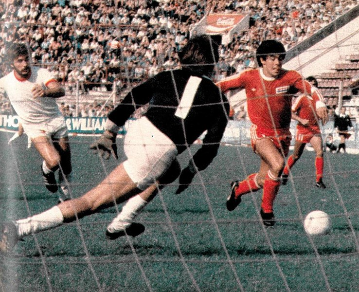 Maradona rumbo al gol, jugando para Argentinos Juniors