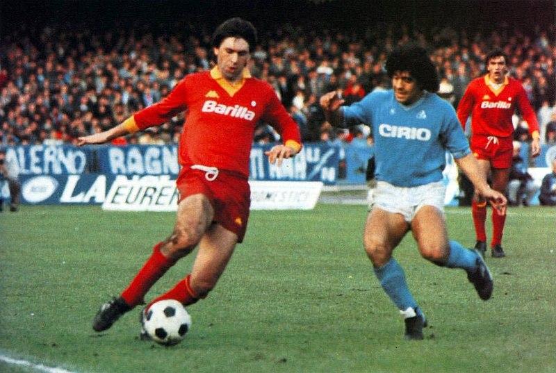 Maradona en un partido por el Napoli